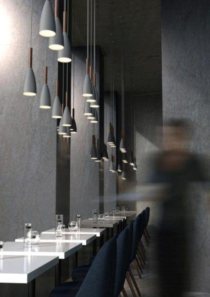podłużna lampa wisząca ze smukłym kloszem w stylu skandynawskim - aranżacja