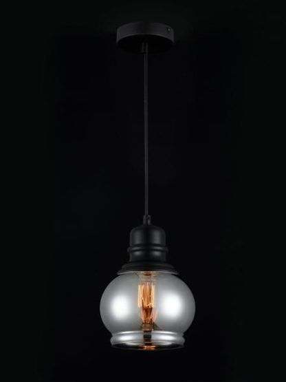 szary klosz lampy szklanej wiszcej