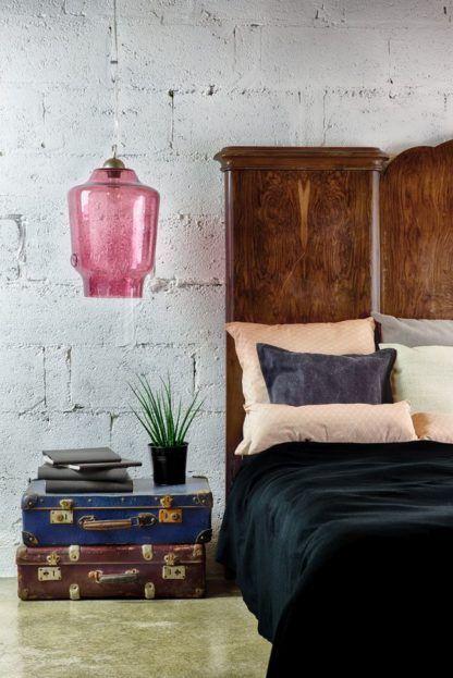 duża lampa wisząca z barwionego szkła, pastelowy róż - aranżacja sypialnia