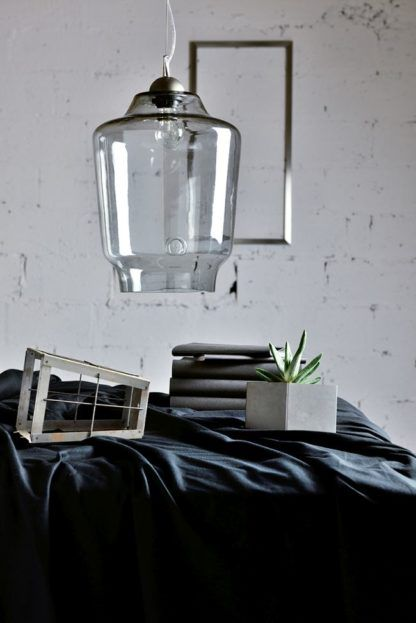 szara lampa wisząca z barwionego szkła - aranżacja