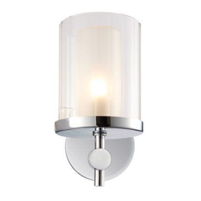 lampa ścienna o srebrnej podstawie i szklanym kloszu