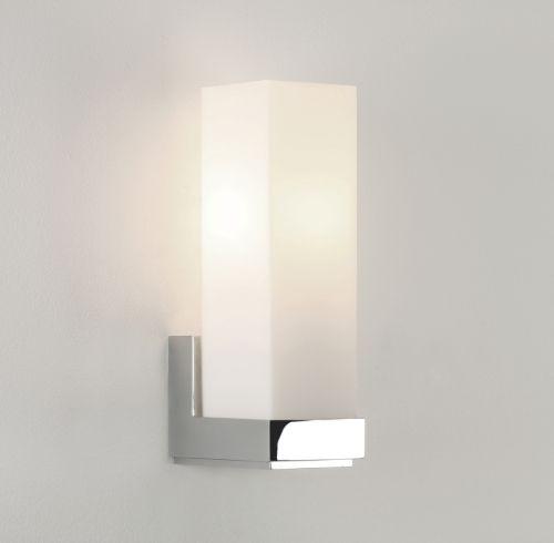 biały kinkiet łazienkowy z prostokątnym kloszem