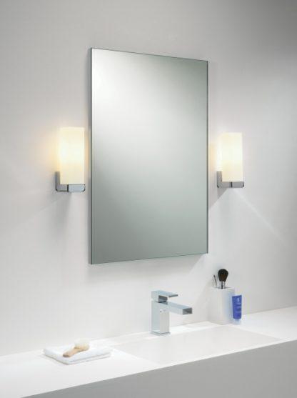 kinkiet łazienkowy z prostokątnym kloszem z mlecznego szkła i srebrną podstawą