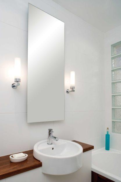 elegancki kinkiet łazienkowy z kloszem z mlecznego szkła