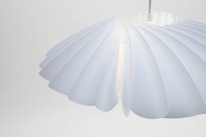 biała lampa wisząca z harmonijkowym kloszem