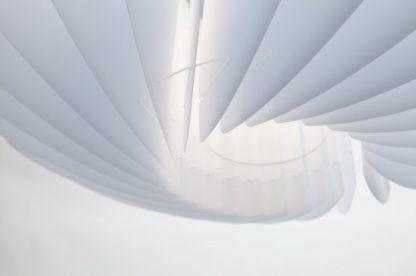 biała lampa wisząca w nowoczesnym stylu, klosz z harmonijkowych elementów