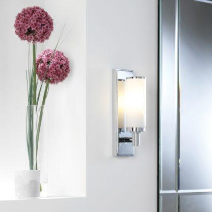 elegancki kinkiet z mlecznego szkła, srebrna płytka z tyłu, lampa do łazienki