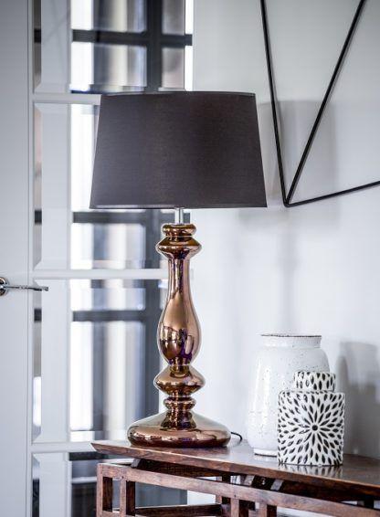 elegancka lampa stołowa z czarnym abażurem i miedzianą podstawą, klasyczna stylistyka - aranżacja salon