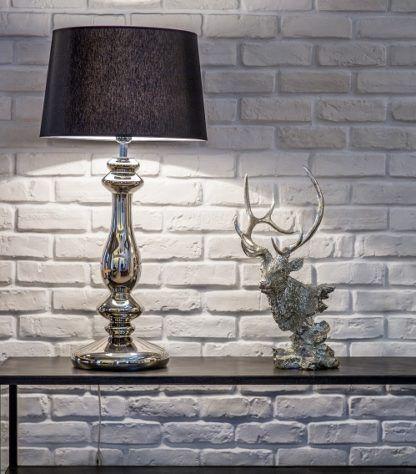 lampa stołowa modern classic, srebrna podstawa i czarny klosz - aranżacja, biały kamień