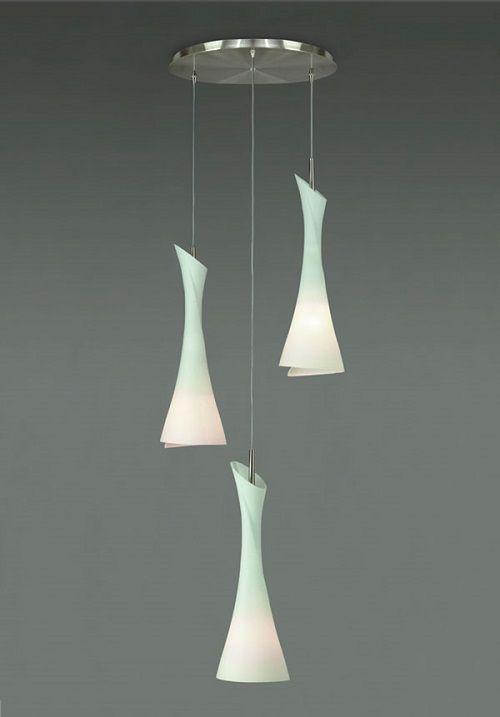 lampa wisząca z trzema szklanymi kloszami na różnej wysokości, chromowana podstawa