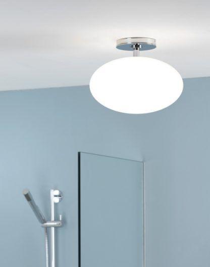 lampa sufitowa do łazienki z białym, szklanym kloszem