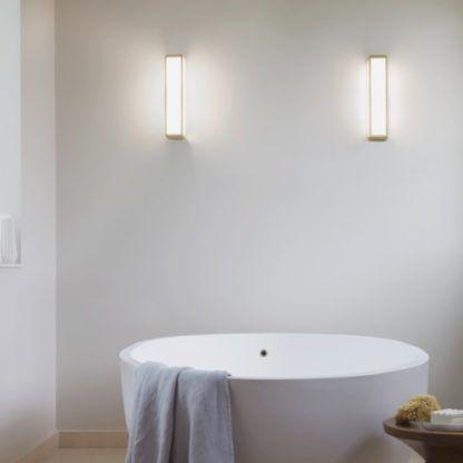 kinkiet do łazienki w kształcie prostokąta, biały klosz w złotej oprawie