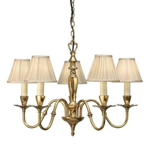 aranżacja - klasyczny złoty żyrandol z jasnymi materiałowymi abażurami