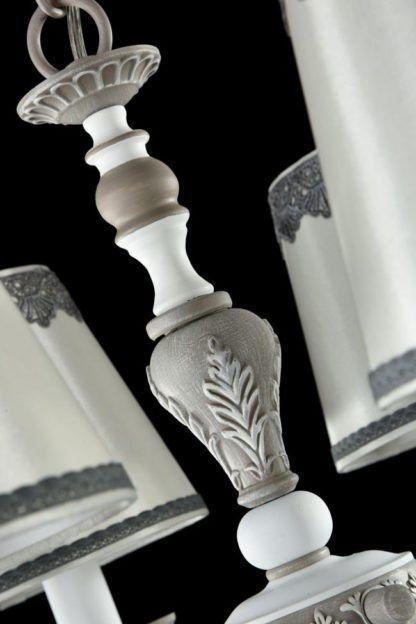 biały żyrandol z abażurami z szarymi wzroami