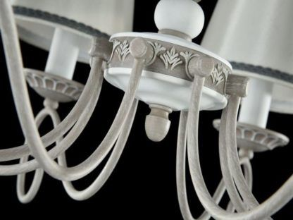 zdobiony biał żyrandol z abażurami w szarości