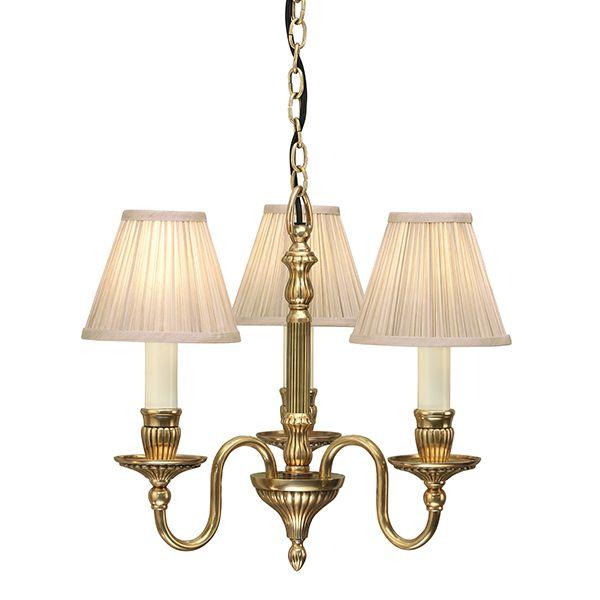 mały złoty żyrandol ze świeczkami w kolorze mosiężnym