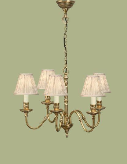 złoty żyrandol z bezowymi materiałowymi kloszami