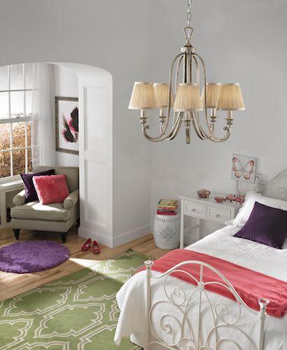 elegancki żyrandol z kutą podstawą i plisowanymi, beżowymi abażurami - aranżacja sypialnia