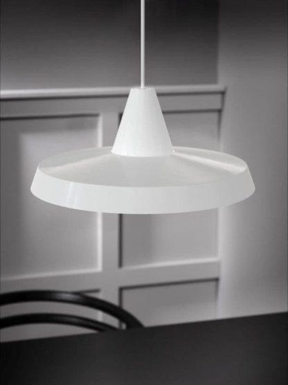 nowoczesna lampa wisząca z płaskim kloszem
