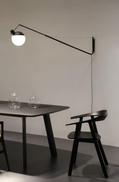 nowoczesny, długi kinkiet biało-czarny, aranżacja