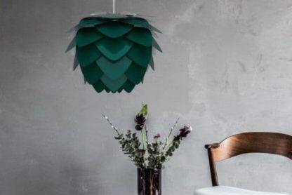 ciemnozielona lampa wisząca - aranżacja szarość
