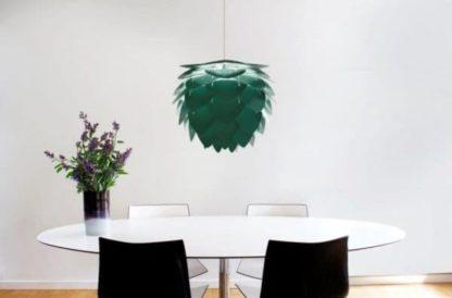 zielona lampa wisząca w stylu skandynawskim- aranżacja jadalnia