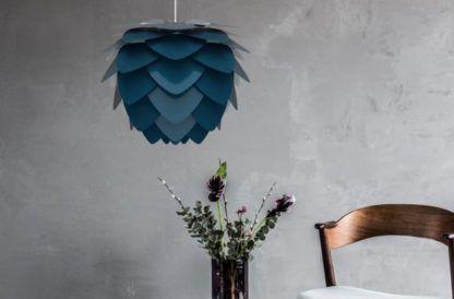 granatowa lampa wisząca, styl skandynawski - szara aranżacja