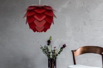 bordowa lampa wisząca, nowoczesna - szara aranżacja