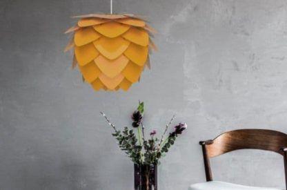 duża lampa wisząca, żółta, styl skandynawski - aranżacja szarość