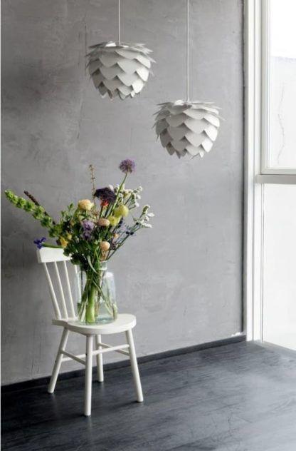 biała lampa wisząca w kształcie szyszki - aranżacja