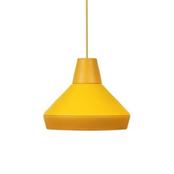 żółta lampa wisząca z szerokim kloszem i długim przewodem