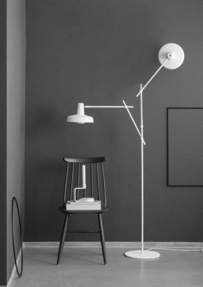 nowoczesna lampa podłogowa, dwa białe ramiona - aranżacja