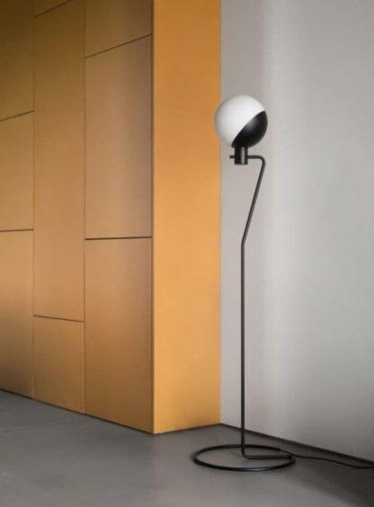 nowoczesna lampa podłogowa z minimalistycznym kloszem