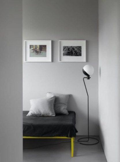 minimalistyczna lampa podłogowa na drucianej podstawie - aranżacja szarość
