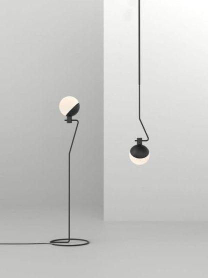 kolekcja nowoczesnych lamp z kloszem z mlecznego szkła na drucianej podstawie