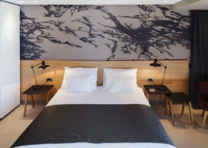 sypialnia w szarości i drewnie - lampa nocna skandynawska, metalowa