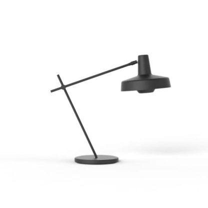 czarna lampa stołowa z metalu, regulowane ramię