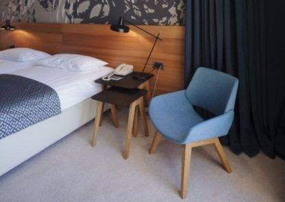 czarna lampa stołowa, nowoczesna - aranżacja sypialnia