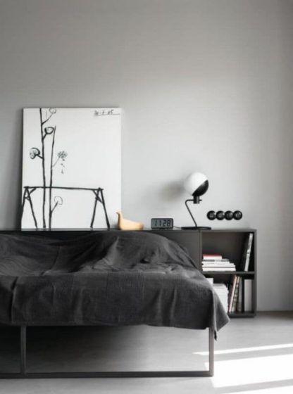 minimalistyczna lampa stołowa - aranżacja szara sypialnia