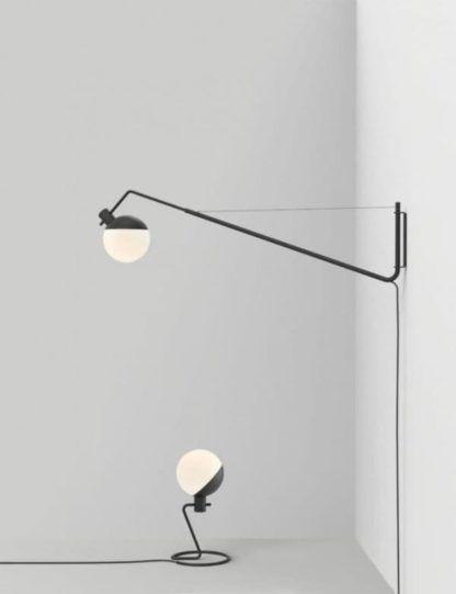 nowoczesna lampa z okrągłym kloszem ze szkła i drucianą podstawą