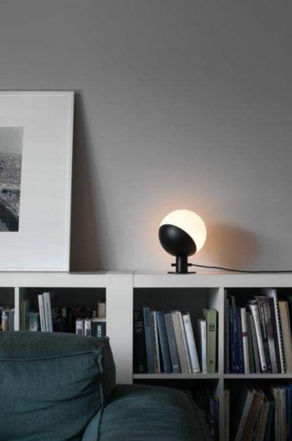 stylowa, designerska lampa stołowa do salonu i sypialni - aranżacja