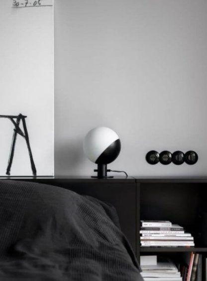 czarno-biała lampa stołowa ze szklanym kloszem, nowoczesna