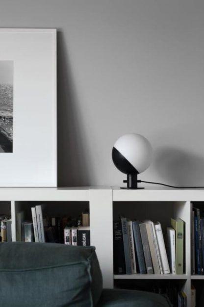 nowoczesna, nieduża lampa stołowa w stylu nowoczesnym - aranżacja