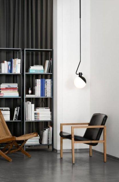 designerska lampa wisząca z kulistym kloszem, biało-czarna - aranżacja